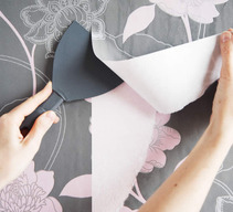 Enlever du papier peint avec une spatule