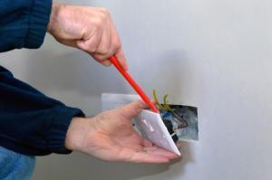 démonter une prise électrique