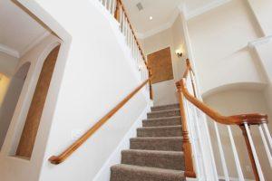 poser de la moquette dans un escalier