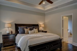Avant de peindre une chambre, des murs au plafond, il faut d'abord choisir la bonne couleur.