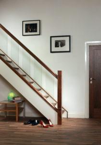 L'espace sous un escalier peut servir à de nombreuses choses : dressing, rangement, déco,...